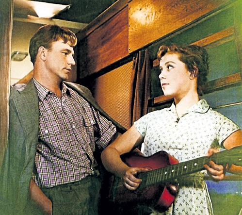На съёмках комедии «Девушка без адреса» 27-летний Николай РЫБНИКОВ казался 19-летней Светочке старым (1957 г.)