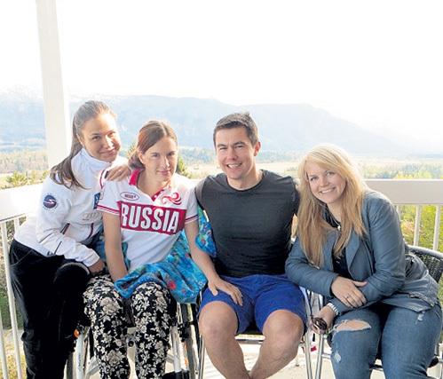 Мария и Лёша (в центре) всегда вдвоём. Но в клинике их часто навещают подруги. На этот раз горнолыжницы Анна СОРОКИНА (слева) и Александра СЕРГЕЕВА (справа)