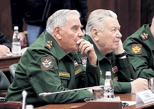 Генерал Владимир ЛОБОВ (слева) готовит наступление на Запад. Фото: sokol-ff.livejournal.com