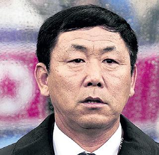 Тренер сборной КНДР КИМ Чон Хон отправился на лесоповал (2010 г.)