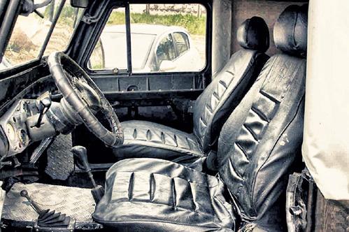 Теперь ездить на некогда ржавом «ГАЗе» - одно удовольствие: хозяин установил в нём комфортные сиденья от «мерседеса»