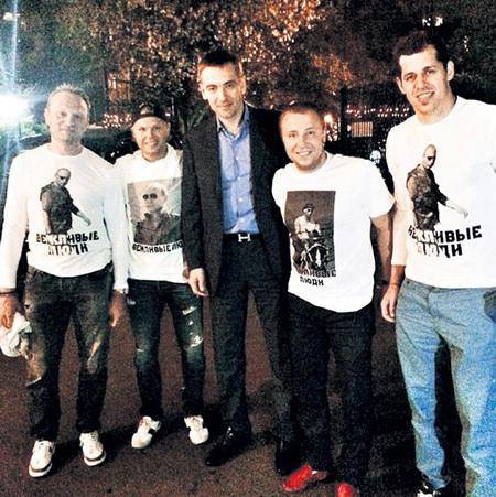 Футболки с изображением ПУТИНА с удовольствием носят звёзды НХЛ Сергей ГОНЧАР (крайний слева), Евгений МАЛКИН (крайний справа) и другие вежливые люди