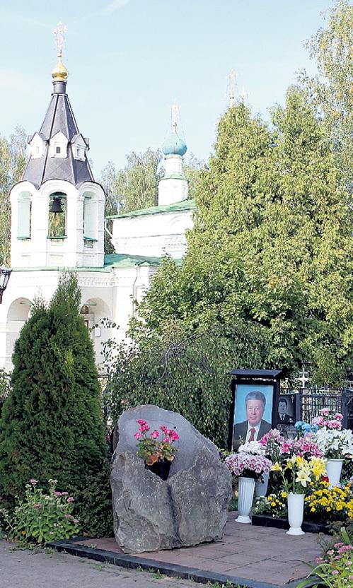 Могила Святослава ФЁДОРОВА всегда ухожена (на заднем плане - церковь Рождества Богородицы, восстановленная на средства знаменитого офтальмолога)
