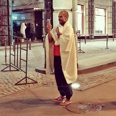 Главный тренер «Баварии» Пеп ГВАРДИОЛА в полотенце перед отелем в Москве. Фото: РИА «Новости»