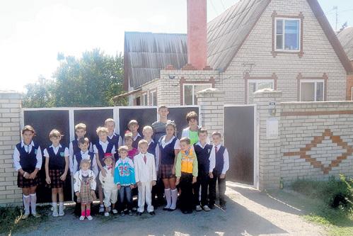 Семье Музенитовых, в которой растёт 31 ребёнок, подарили дом