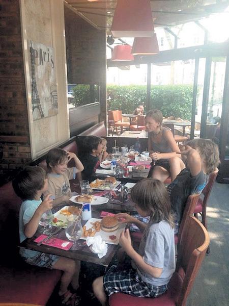 Дарья МИХАЛКОВА справляется и со своими четверыми, и с чужими детьми. Фото: Fb.com
