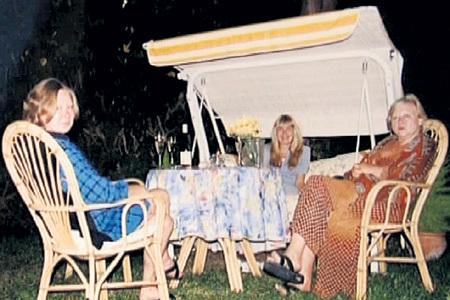 Долгими подмосковными вечерами Марина (слева) и Светлана (справа) ФУРЦЕВЫ устраивали посиделки с подругами в саду