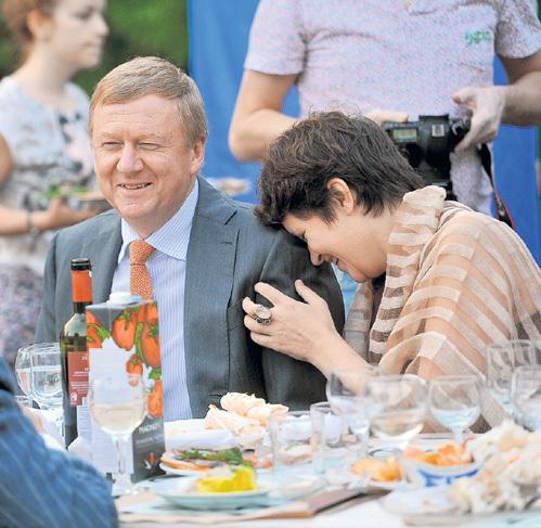 Супруга Анатолия ЧУБАЙСА, телеведущая Дуня СМИРНОВА, ценит его находчивость и юмор. Но большинство россиян не могут простить главе «Роснано» ту шутку, что он сыграл со страной в роли главного приватизатора