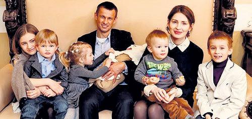 Собрать перед объективом все семейство Сергея СЕМАКА и его жены Анны - задача непростая. Вот и здесь одного не хватает. Такую компанию вместит разве что минивэн (Фото: personal21veka-spb.ru)