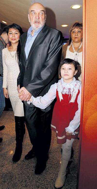 Алексей ПЕТРЕНКО с Азизой и дочками