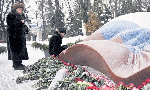 Наина ЕЛЬЦИНА навещает могилу мужа - первого Президента России в любую погоду. Фото: РИА «Новости»