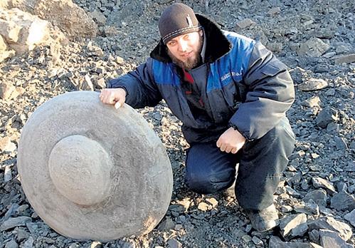 Найденная шахтёрами штуковина очень древняя. Фото: Vk.com