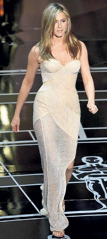 Дженнифер ЭНИСТОН блистала в роскошном туалете от Versace, но награда за драму «Торт» её обошла стороной