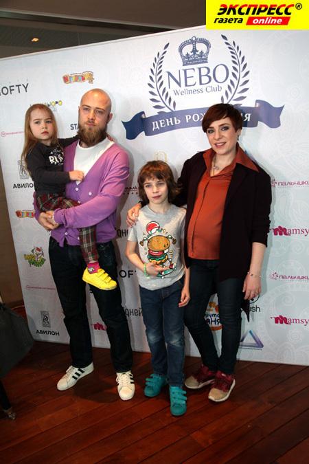 Тутта ЛАРСЕН с сыном Лукой, дочкой Марфой и мужем Валерием. Фото Ларисы КУДРЯВЦЕВОЙ