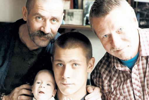 Иван Иванович с сыном Андреем и внуками Ваней и Кирюшей