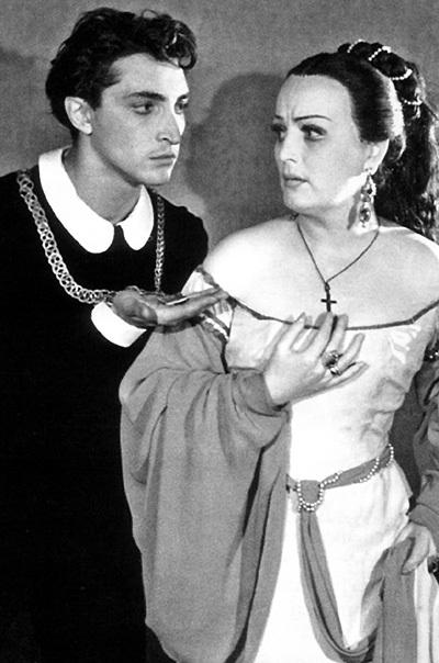 В молодого Михаила КОЗАКОВА была влюблена половина страны (в спектакле «Гамлет» с актрисой Галиной ГРИГОРЬЕВОЙ)