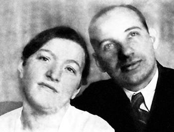 Мама Савелия, Бенедикта (Бася) Соломоновна, была домохозяйкой. А отец, Виктор Савельевич, - известным адвокатом. Его в 1938 году арестовал НКВД, и он умер в заключении