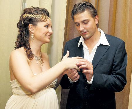 Замуж за Петю Поля выходила глубоко беременной. Фото с сайта personastars.com