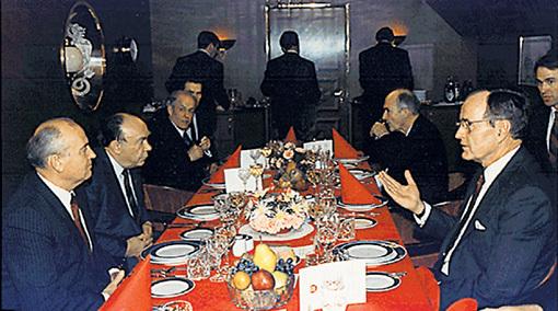 Джордж БУШ поучает в кают-компании корабля «Максим Горький» иудушек Михаила ГОРБАЧЁВА и Александра ЯКОВЛЕВА, как им превратить советский народ в россиян. Фото с сайта Wikipedia.org