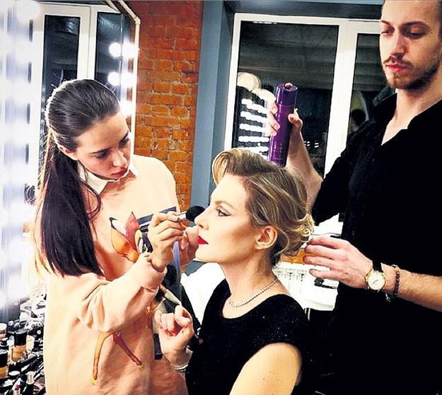 Создание причёски ЛИТВИНОВОЙ занимает несколько часов. Фото: Vk.com