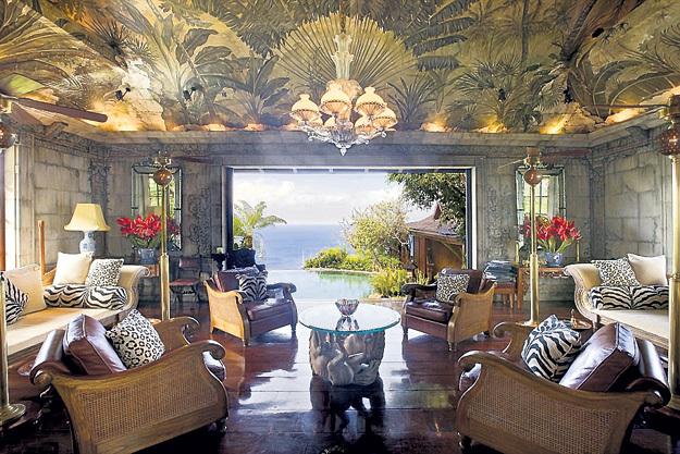Интерьер виллы выдержан в индонезийском стиле
