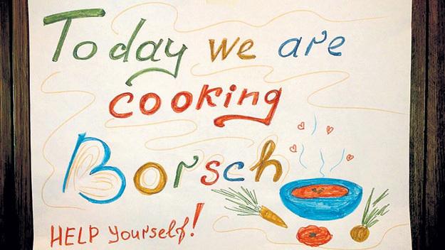 ...приобщает гостей к русской кухне. Фото: Facebook.com