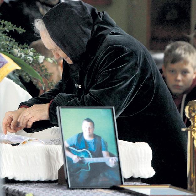У гроба УСАНОВА его мама и сын Вася от первого брака. Фото Руслана ВОРОНОГО