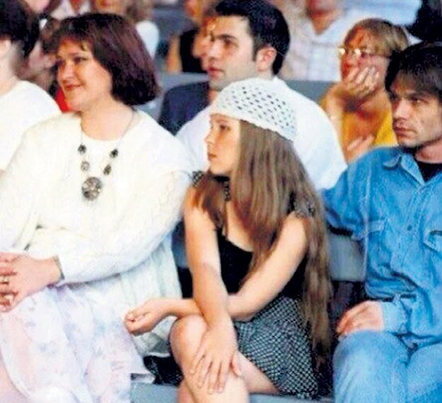Юная Поля с мамой и отчимом на концерте в Новосибирске