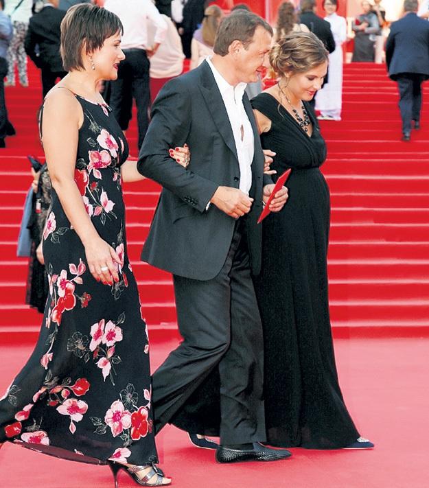В окружении беременной невесты и будущей тёщи БАШАРОВ ходил как хмельной