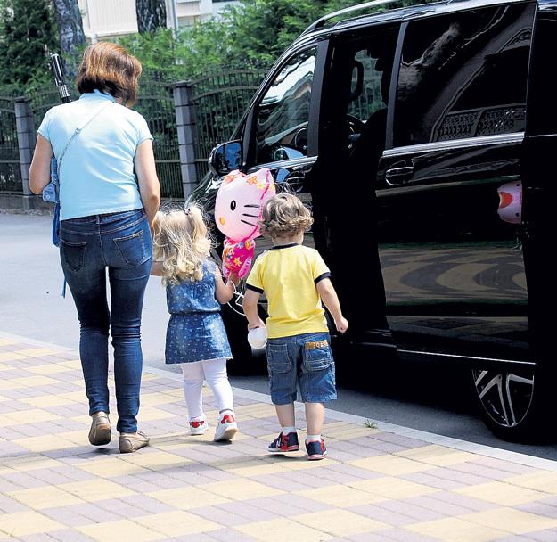 Иногда малыши отправляются на дальнюю прогулку в микроавтобусе
