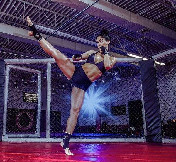 Если решили пригласить фитоняшку на свидание, будьте аккуратны! Ведь она может заниматься не только на тренажерах, яркий пример - Бэлла Фалькони. instagram.com/bellafalconi