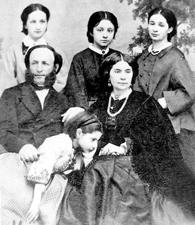 Художник, его первая жена Юлия и дочки Александра, Мария, Елена и Жанна. Фото с сайта noev-kovcheg.ru