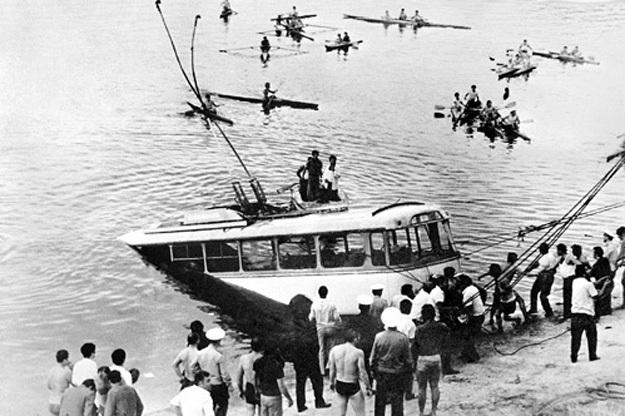 Нырнув, КАРАПЕТЯН зацепил троллейбус тросом, за который подъёмные краны вытянули его на берег