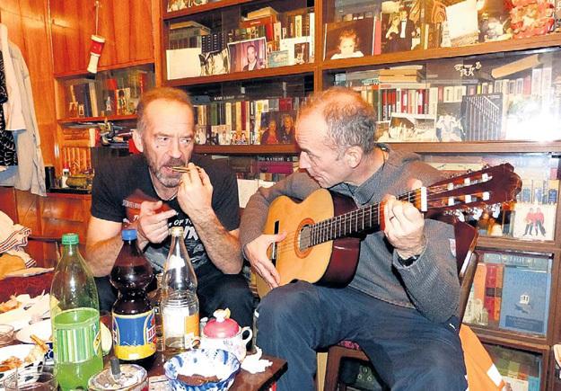 Во время визита нашего журналиста братья угостили его чем бог послал и душевно спели под гитару