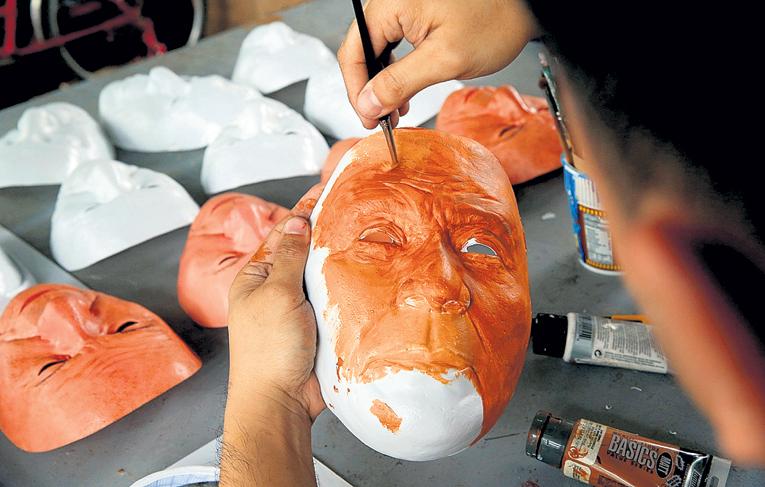 Маска президента считается лучшим филиппинским сувениром... Фото: © Reuters