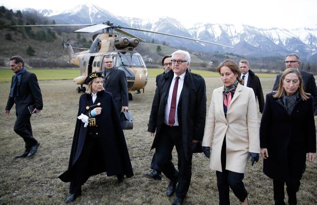 Министр иностранных дел Германии Франк-Вальтер Штайнмайер и французский министр экологии Сеголен Руаяль на месте крушения A320 в Альпах.  Фото: Globallookpress.com.