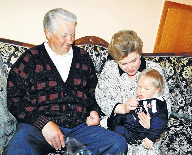 На маленького Глебку дед Борис с бабой Наиной не могли нарадоваться