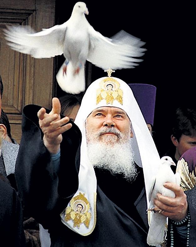 Символ мира в руках АЛЕКСИЯ II. Фото с сайта blagogon.ru