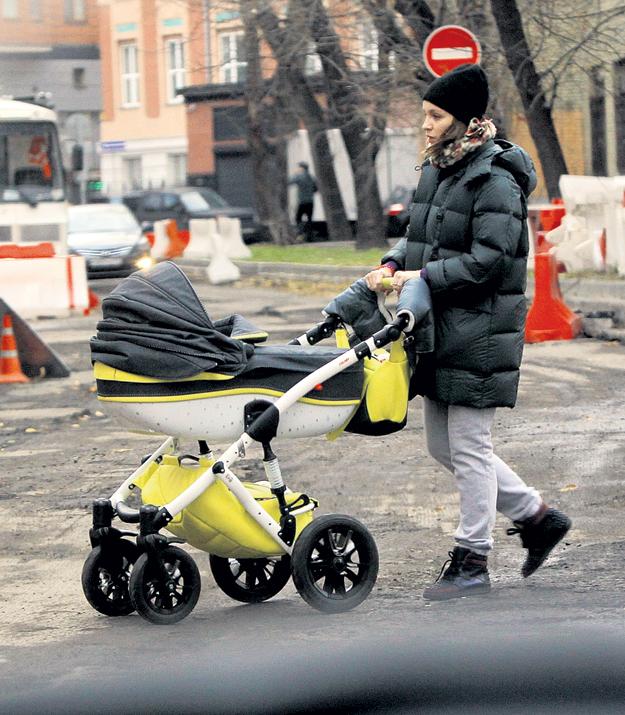Ольга ЛИТВИНОВА, супруга кинозвезды, гуляет с малышом каждый день, даже если погодка не шепчет. Фото Руслана ВОРОНОГО