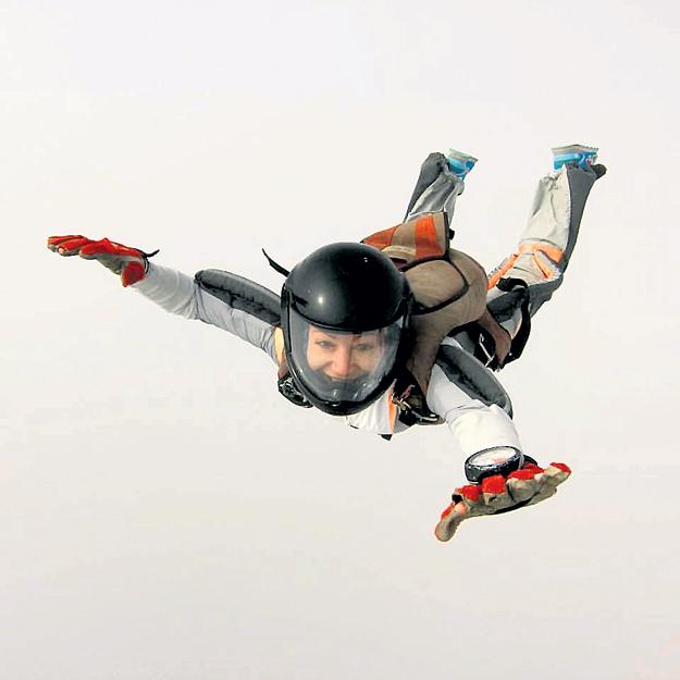 Юлия ИЗОТОВА, сожительница РАДИМОВА, теперь летает с парашютом... Фото: Facebook.com