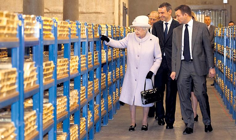 ЕЛИЗАВЕТА II любуется металлом, который сделал когда-то Британию супердержавой