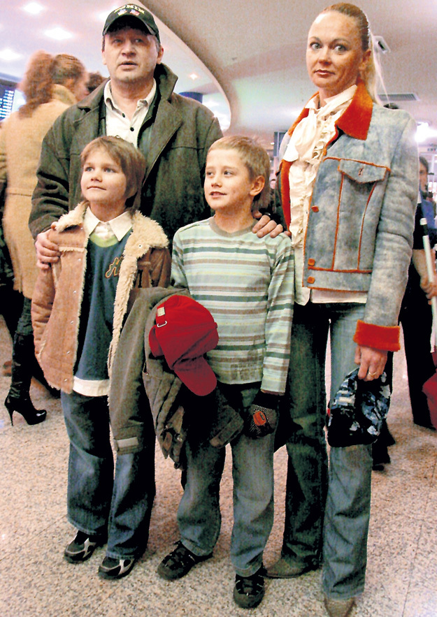 Олег с третьей женой Аленой и сыном Даней. Фото Ольги ЕМЕЛЬЯНОВОЙ