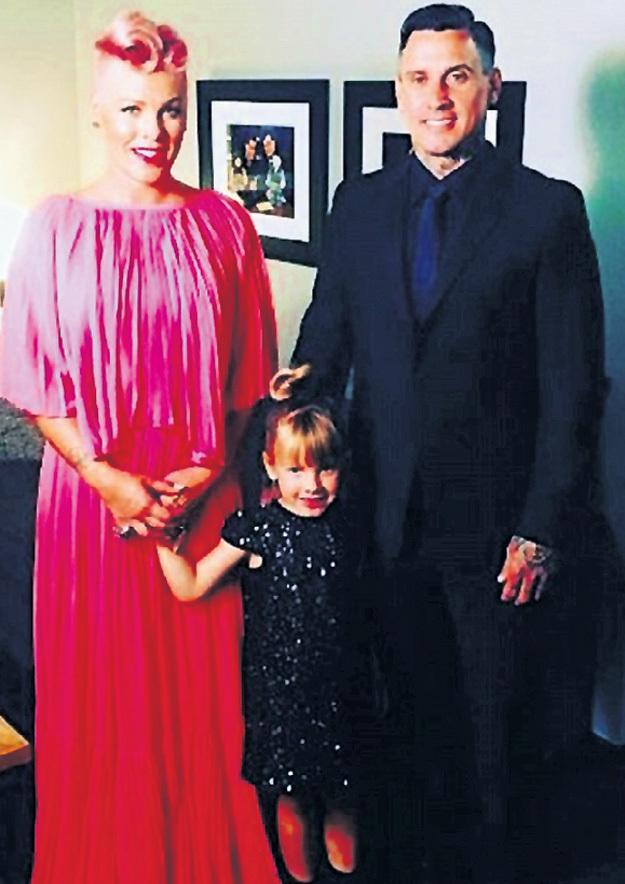 Pink и мотогонщик Кэри ХАРТ мечтают о счастливом детстве пятилетней Уиллоу и двухмесячного Джеймсона. Фото: Instagram.com