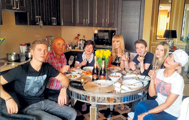 Иосиф ПРИГОЖИН и ВАЛЕРИЯ за семейным столом позволяют себе по глотку игристого. А вот детей к этому они зря приобщают. Фото: Instagram.com