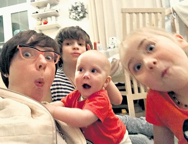 Многодетная Тутта ЛАРСЕН считает, что в семье должно быть минимум трое малышей, тогда они вырастут более общительными и настроенными на сотрудничество. Фото: Instagram.com
