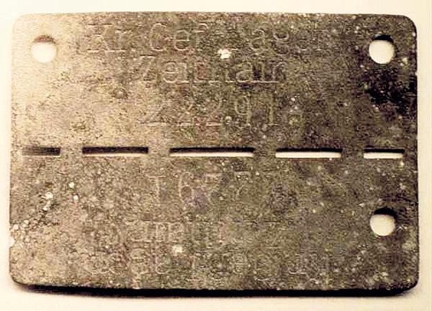 Каждому военнопленному выдавали металлический жетон с номером и названием лагеря. Если узник умирал, жетон ломали пополам, одну часть сдавали в комендатуру, вторую - закапывали в могилу