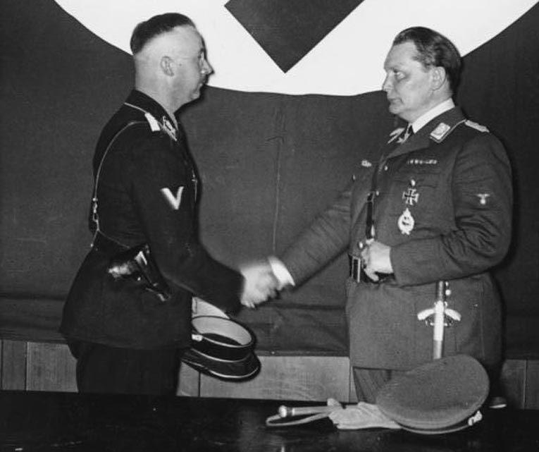 Герман Геринг назначает рейхсфюрера СС Генриха Гиммлера руководителем гестапо. Берлин, апрель 1934. Фото: Википедия