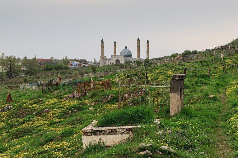 Кладбище и мечеть в Оше.  Источник: wikimedia.org