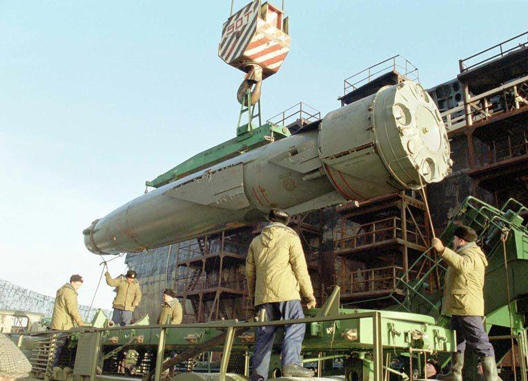 Выгрузка ракеты «Гранит» с атомной подводной лодки «Курск». Источник: militaryphotos.net