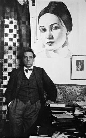 Всеволод Мейерхольд на фоне портрета Зинаиды Райх. 1930 год. Фото: Википедия